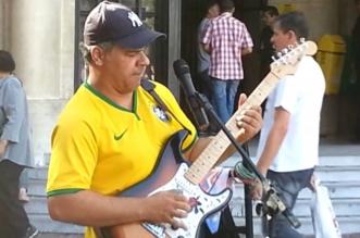 musico-de-rua-brasileiro-faz-cov-1024x575