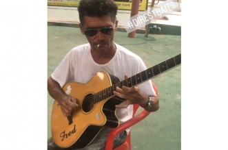 """Unknown Brazilian painter who played """"Sultans of Swing"""" on acoustic guitar!"""